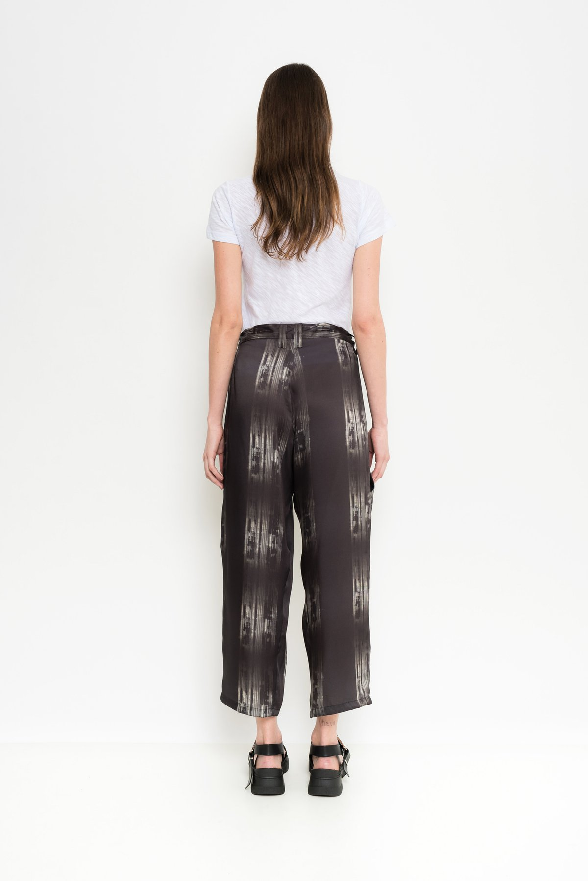 calça cropped com estampa exclusiva