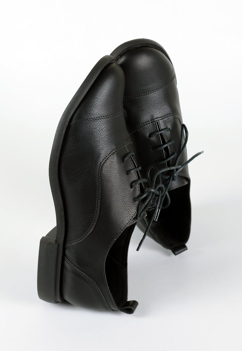 MANU oxford - black